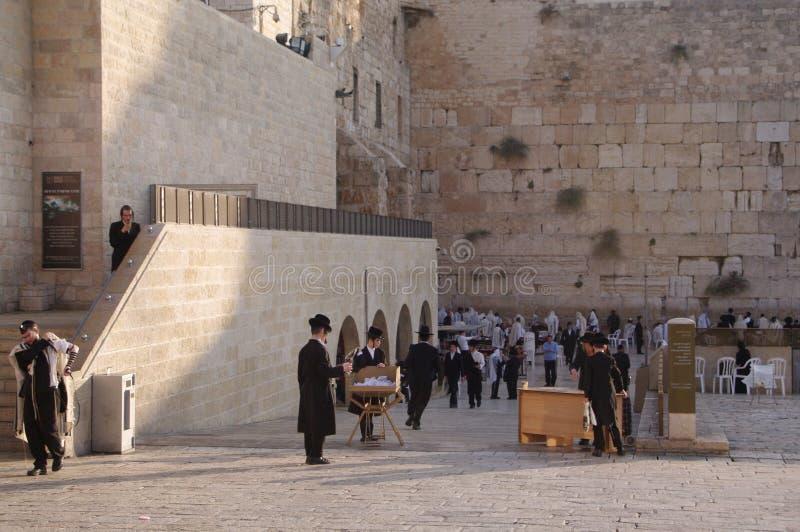 Att jämra sig vägg - del av den forntida väggen runt om tempelmonteringen i den gamla staden av Jerusalem arkivfoto