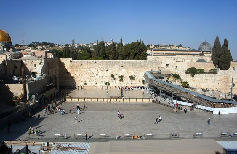 Att jämra sig vägg i den gamla staden av Jerusalem Vallfärdar, och troenden är på den att jämra sig väggen israel fotografering för bildbyråer