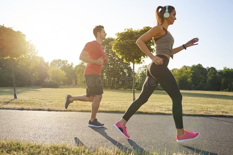 Att jogga med partnern är mer nöje arkivbild