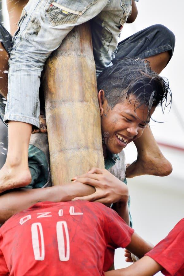 Att klättra hal polkonkurrens eller Panjat Pinang den indonesiska traditinalen spelar royaltyfria foton