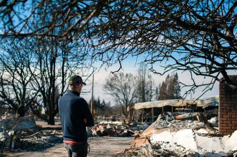Att kontrollera för manägare fördärvar efter brandkatastrof royaltyfri bild