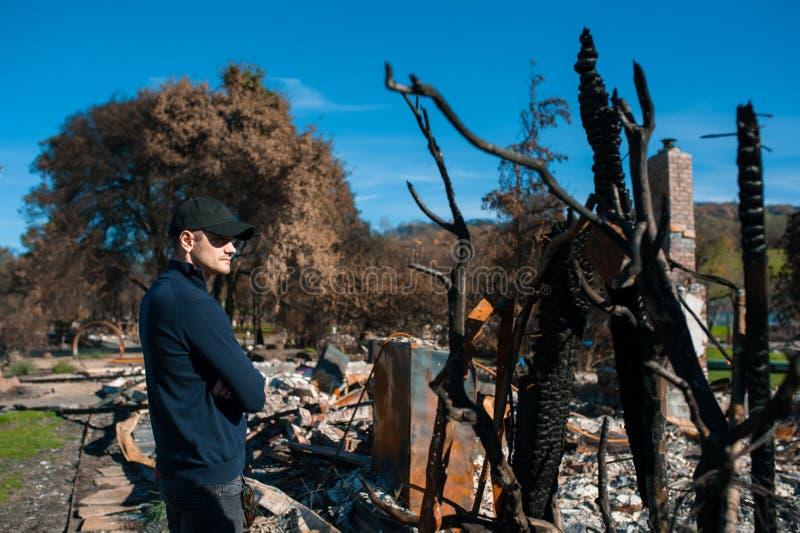 Att kontrollera för manägare fördärvar efter brandkatastrof royaltyfria bilder