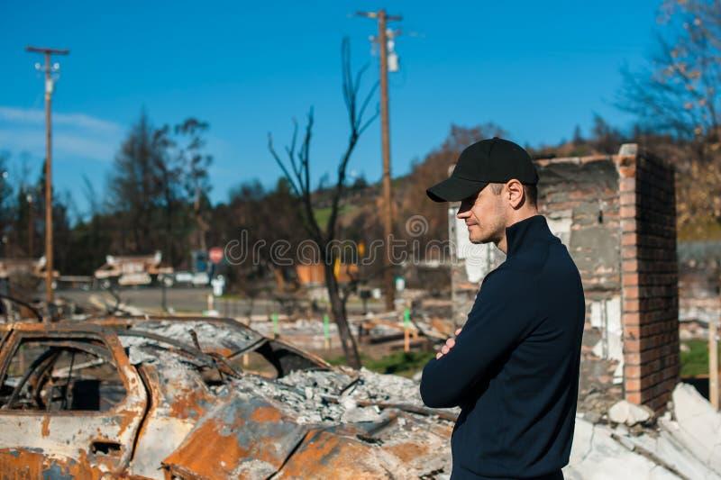 Att kontrollera för manägare fördärvar efter brandkatastrof royaltyfri foto