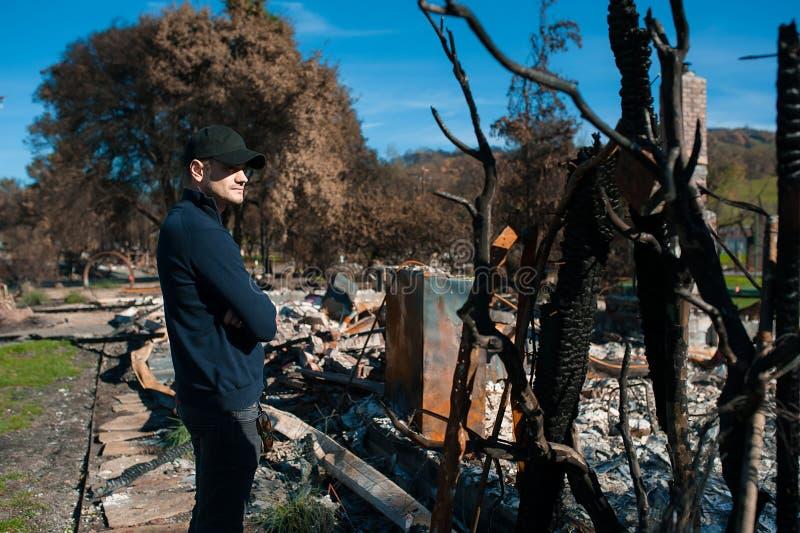 Att kontrollera för manägare fördärvar efter brandkatastrof arkivbilder