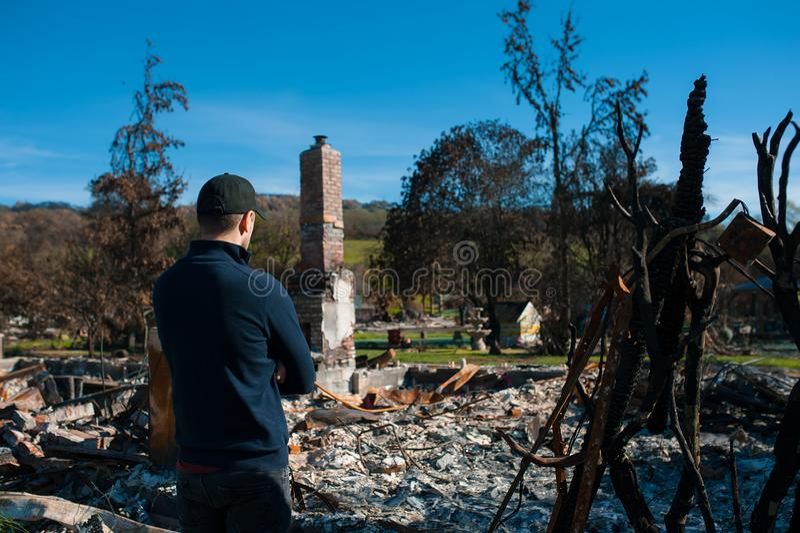 Att kontrollera för manägare fördärvar efter brandkatastrof arkivbild
