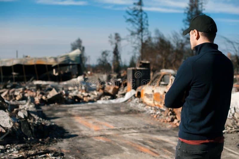 Att kontrollera för manägare fördärvar efter brandkatastrof arkivfoton