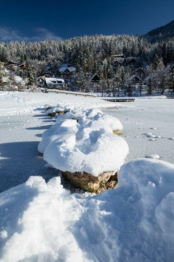 Att korsa den fryste sjön på snöig vaggar i scenisk idyll för vinter i Kranjska Gora i blå himmel, Slovenien fotografering för bildbyråer