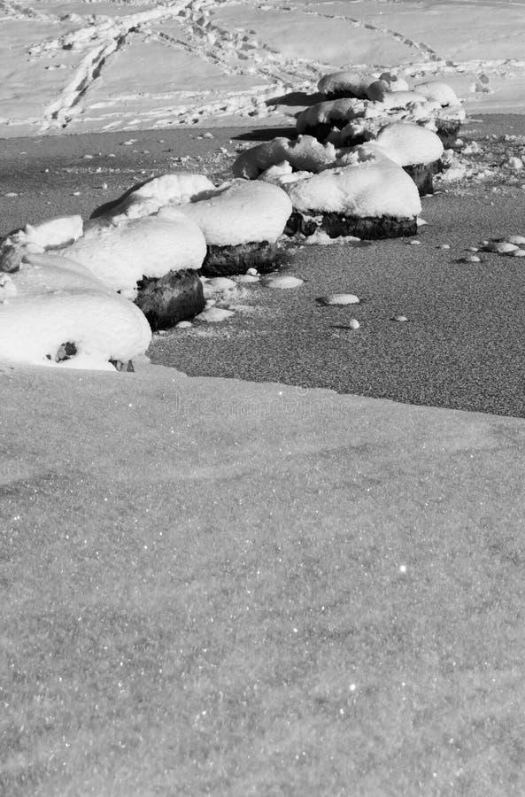 Att korsa den fryste sjön på snöig vaggar i scenisk idyll för vinter i Kranjska Gora i svartvitt, Slovenien arkivfoton