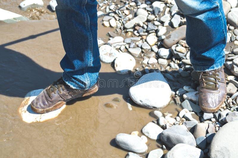 Att korsa in skor floden arkivfoton
