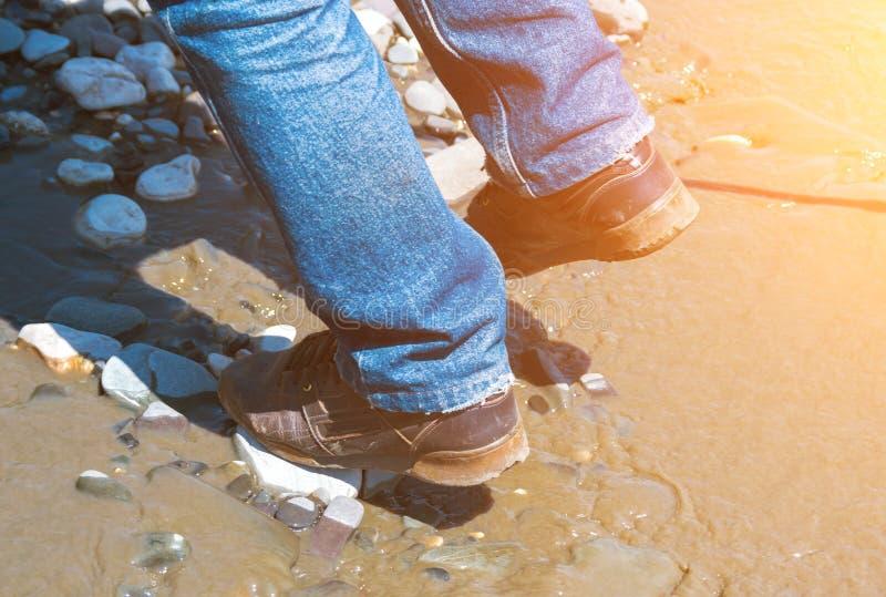 Att korsa in skor floden royaltyfria foton