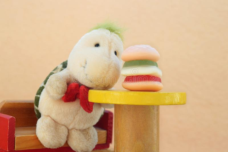 Att kräva för leksak för hamburgaresnabbmatplysch bantar abstrakt begrepp fotografering för bildbyråer