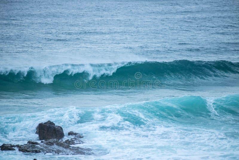 att krascha vaggar waves royaltyfria foton
