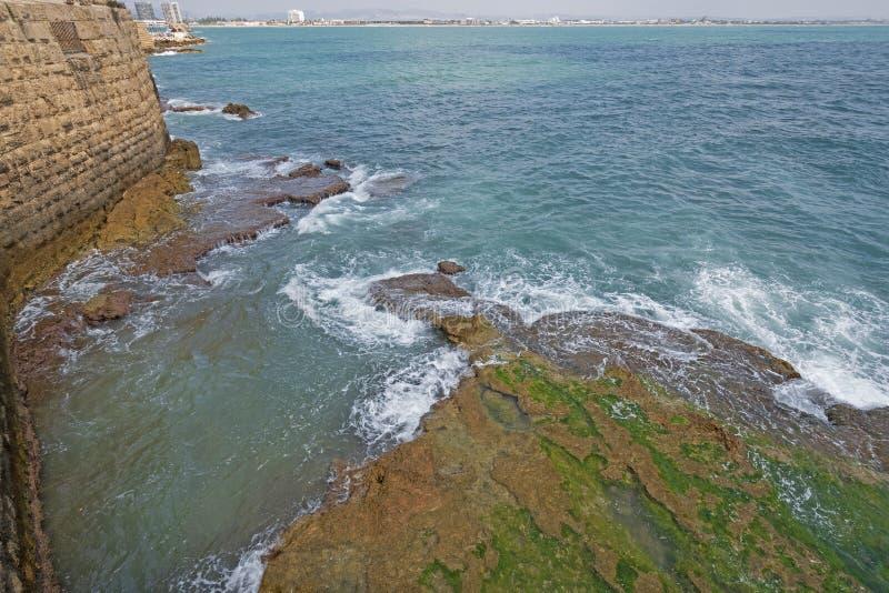Att krascha vinkar längs kust- väggar av en fästning fotografering för bildbyråer