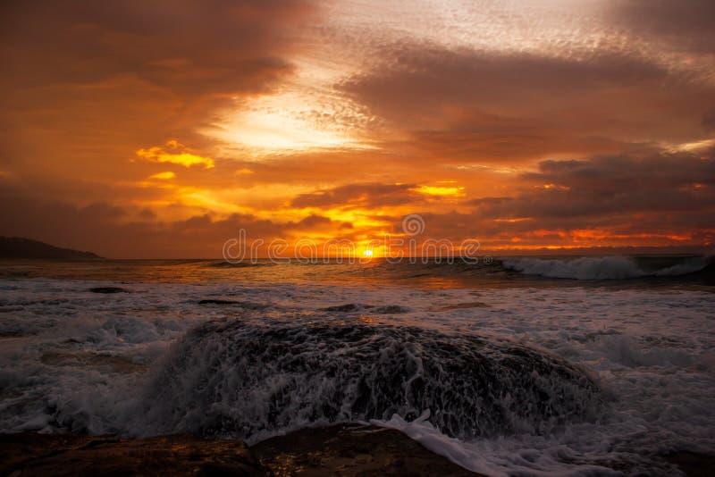 att krossa f?r v?gor vaggar under soluppg?ng Havssoluppg?ng p? den stora havv?gen, Victoria, Australien arkivbild