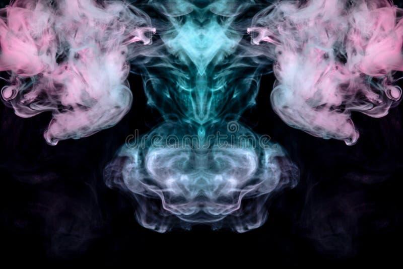 Att krulla avdunstande krullning för rök i form av ett spektakulärt mystiskt huvud av ett konstigt djur i flamman av brand, marke royaltyfri bild