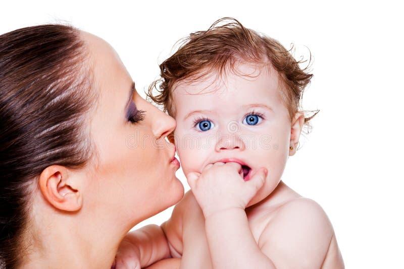 Att kyssa för moder behandla som ett barn arkivfoto