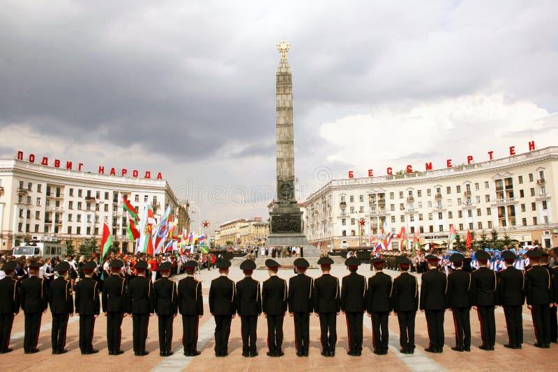 Att lägga blommar på Victory Square i Minsk Vitryssland arkivbild