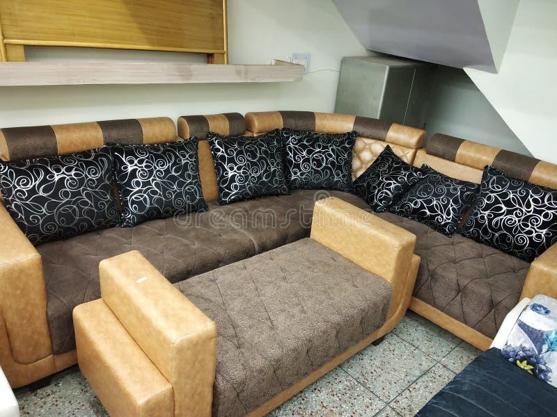 Att lägga utformar 9 seater& x27; märkes- soffauppsättningar för s som har konstläder- & tygblandningen att säljas i Patna, Indie arkivbild