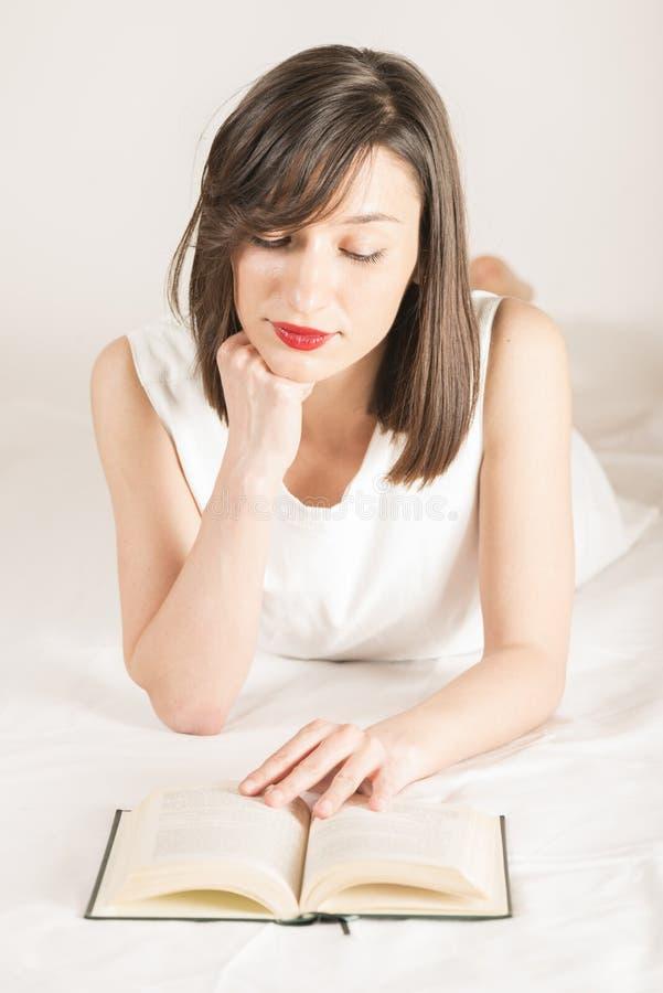 Att läsa är hjärnmat arkivbild