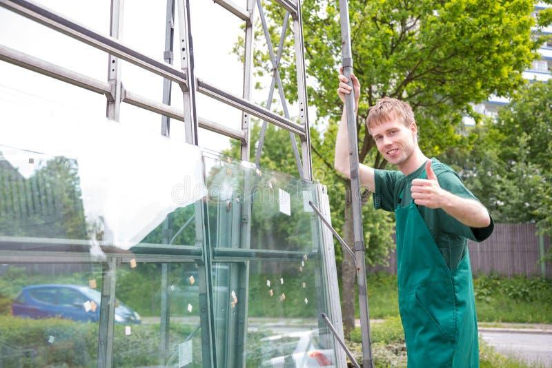 Att ladda för glasmästare förser med rutor av exponeringsglas på släpet arkivbilder