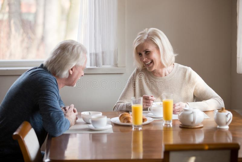 Att le älska höga par som har sund morgon, frukosterar på arkivfoto