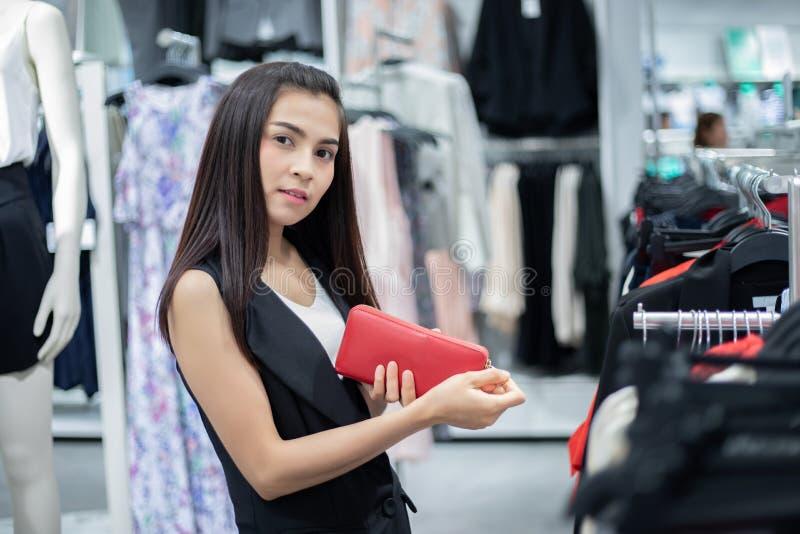 Att le asiatet f?r den unga kvinnan med shopping och k?pet med kreditkorten p? gallerian/supermarket/marknadsf?r arkivbild