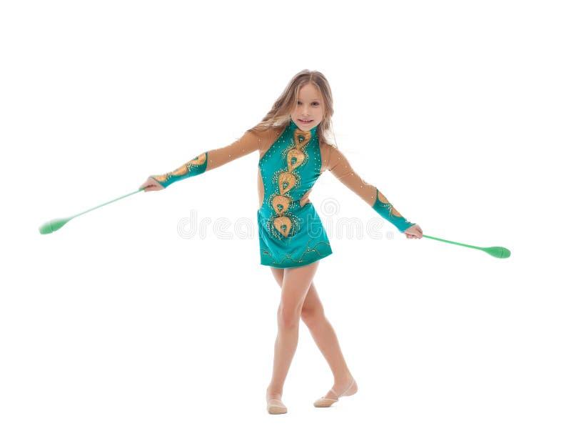 Att le den konstnärliga gymnasten utför med muskotblomma royaltyfri bild