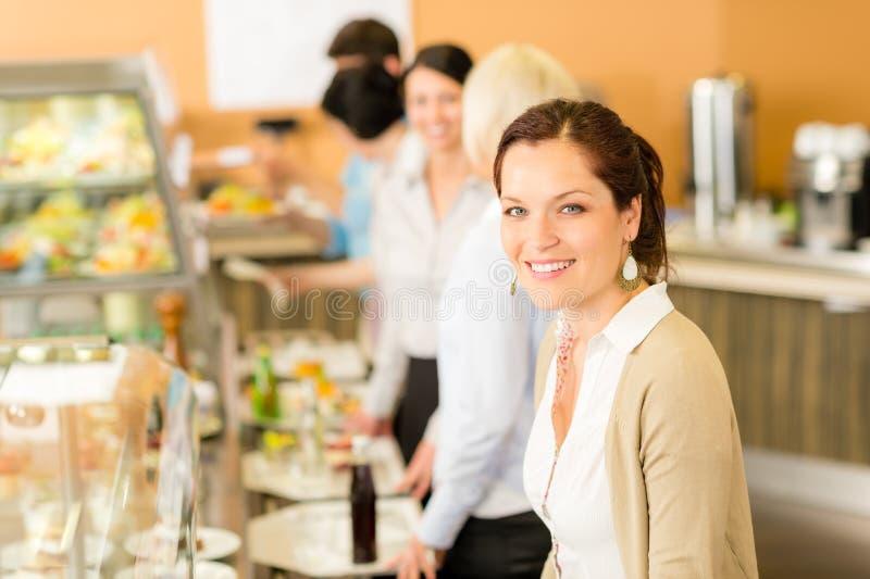 att le för affärskafeterialunch tar kvinnan arkivbilder