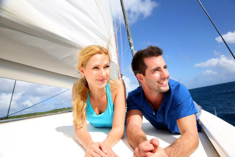 Att le kopplar ihop att koppla av på en yacht royaltyfri bild