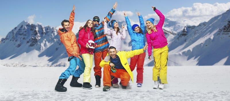 Att le snowboarders i roligt poserar arkivbild