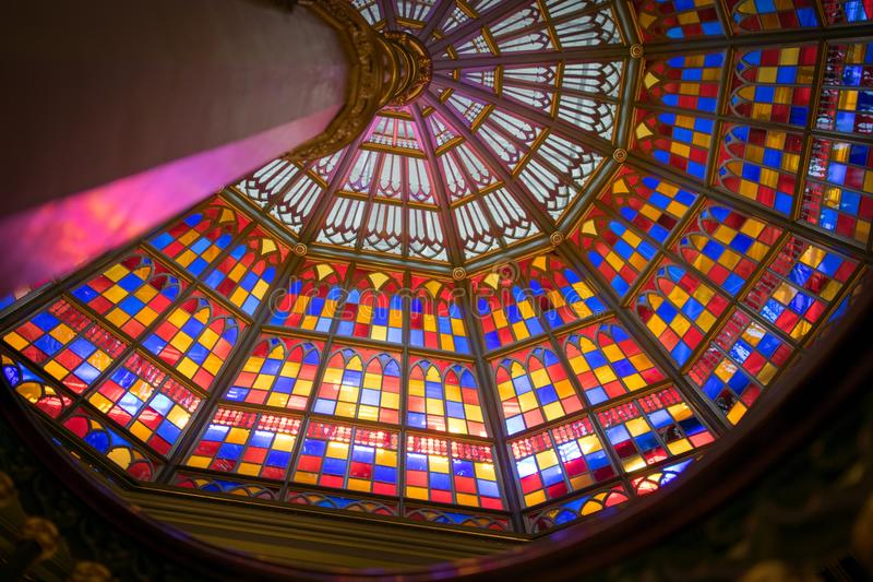 Att leda fodrar till målat glasstaket i Louisiana gammal statlig Kapitoliumbyggnad royaltyfri fotografi