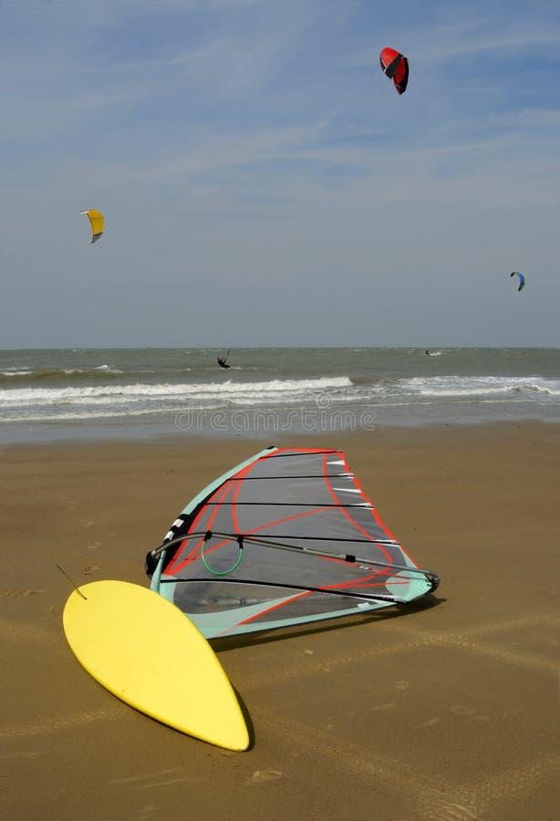 att ligga för strand vindsurfar arkivbilder