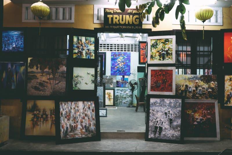 Att måla för sikt shoppar på HoiAn i Vietnam arkivbilder