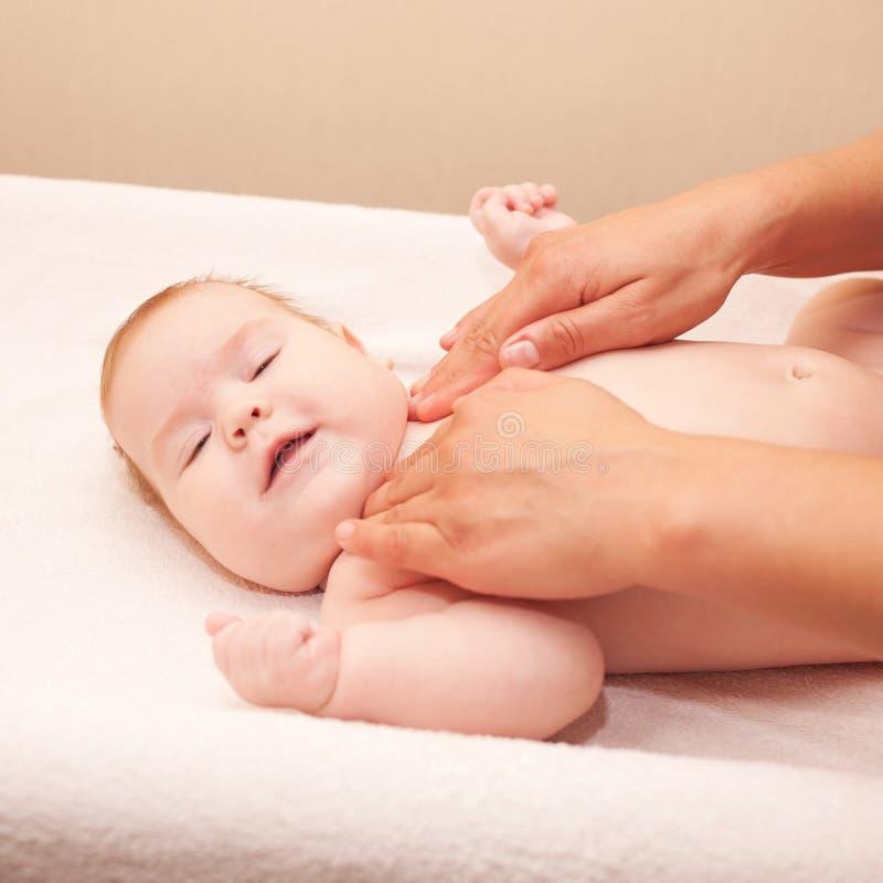 Att massera för moder behandla som ett barn halsen fotografering för bildbyråer