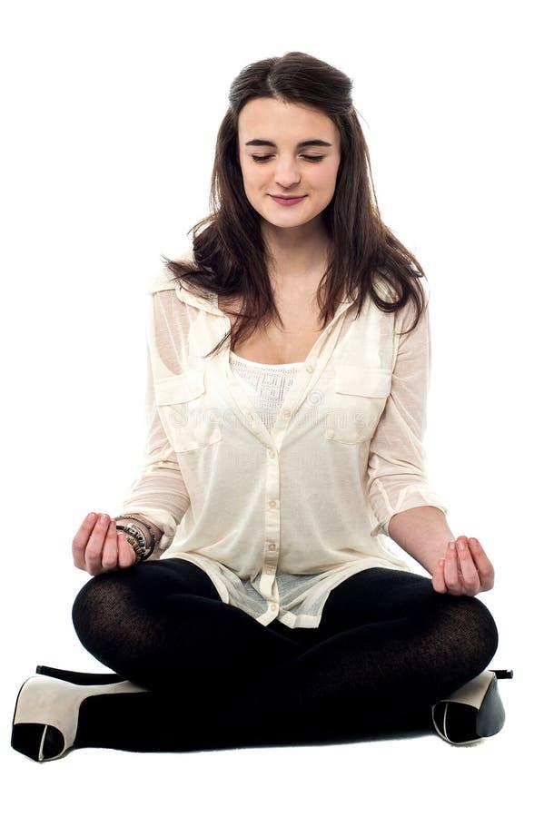 Att meditera gör sig kopplade av royaltyfria foton