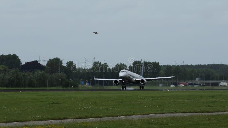 Att närma sig Embraer ERJ-190STD av KLM flygbolag arkivfoto