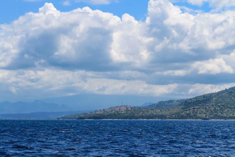 Att närma sig kusten av Lombok med fartyget arkivbild