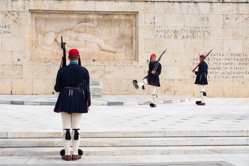 Att ?ndra av den presidents- vakten kallade Evzones p? monumentet av den ok?nda soldaten, bredvid den grekiska parlamentet, synta arkivbilder