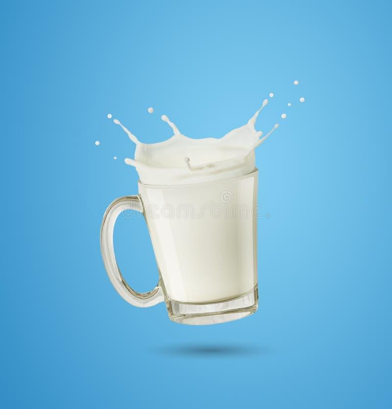 Att plaska mjölkar i exponeringsglas royaltyfri foto