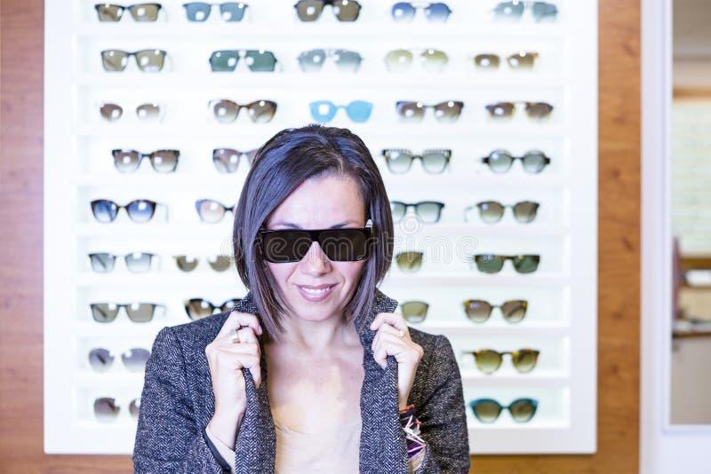 Att posera på det optiskt shoppar arkivbild