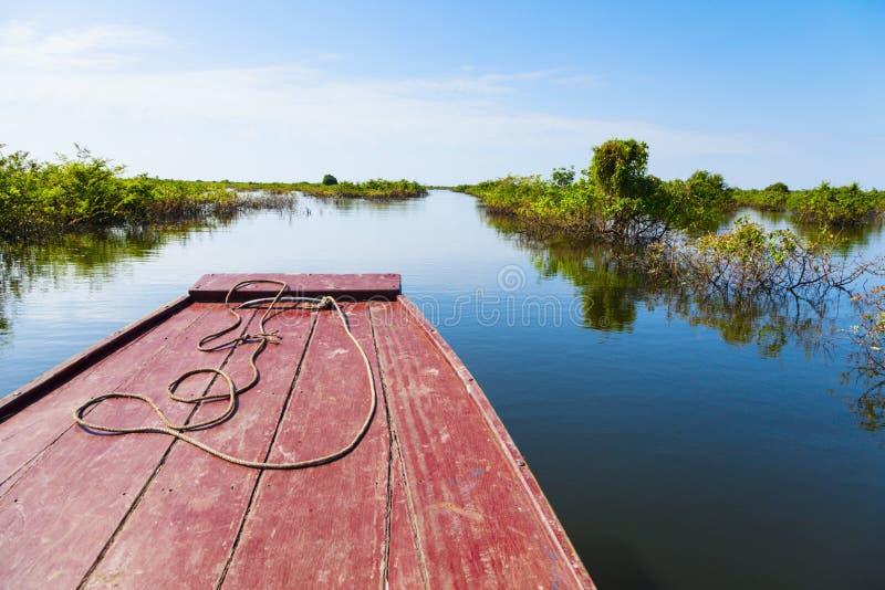 Att resa till och med Tonle underminerar laken royaltyfri bild