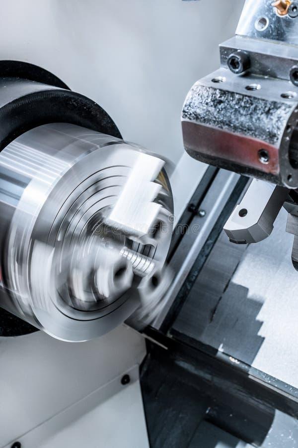 Att rotera kastar av CNC-drejbänken royaltyfri foto