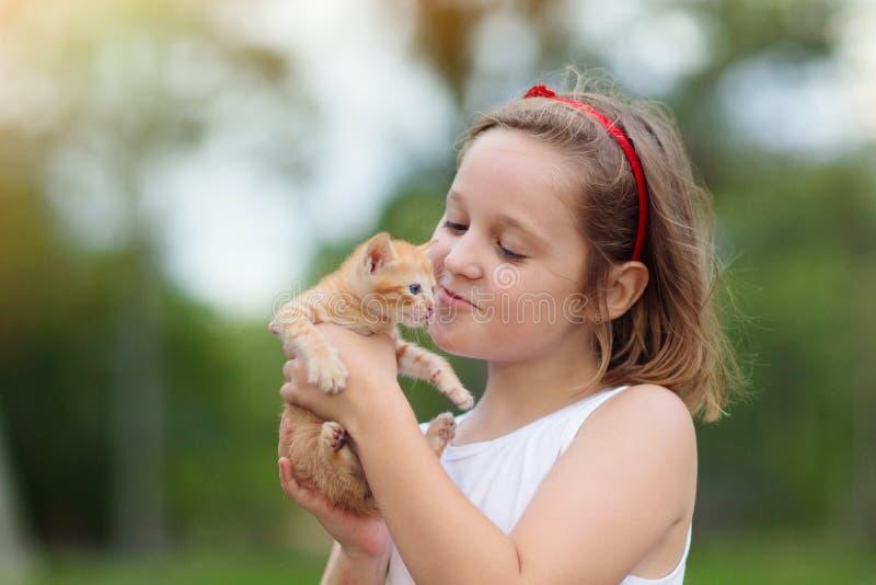 Att rymma f?r liten flicka behandla som ett barn katten Ungar och husdjur arkivbild