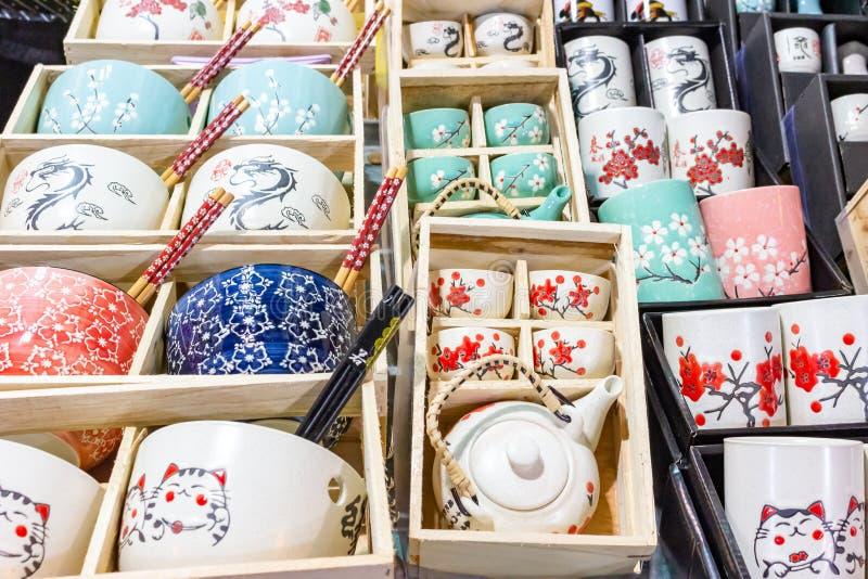 Att sälja för bordsserviskitchenware shoppar skärm arkivbild