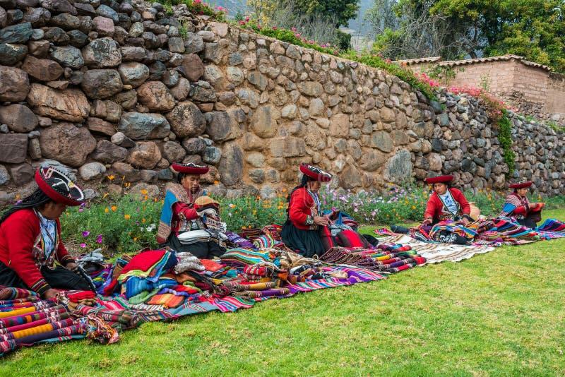 Download Att Sälja För Kvinnor Handcraft Peruanen Anderna Cuzco Peru Redaktionell Fotografering för Bildbyråer - Bild av färgrikt, cuzco: 37344069