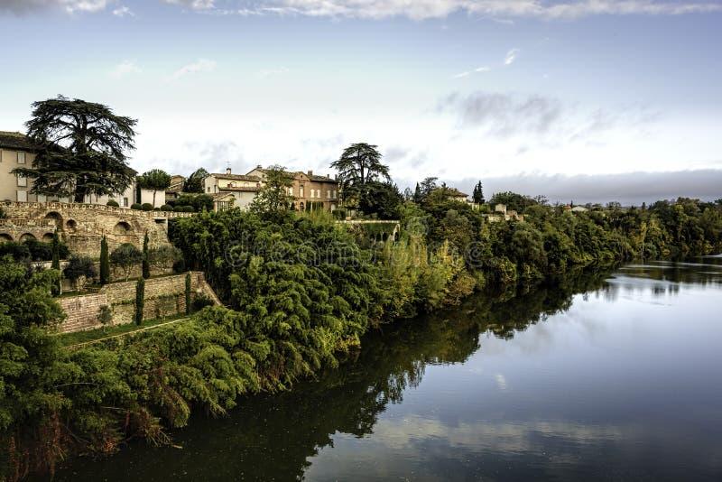 Att se över den Tarn floden i Lisle-sur-Tarn under spridd wirh för blåa himlar fördunklar royaltyfri fotografi