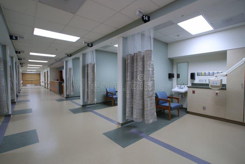 Att se besegrar en sjukhuskorridor långt royaltyfri bild