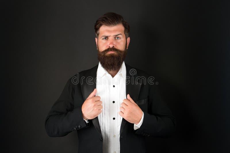 Att se bra ut behöver inte göra för mycket arbete Välklädd man med skägg i kavaj Manligt mode och royaltyfri bild