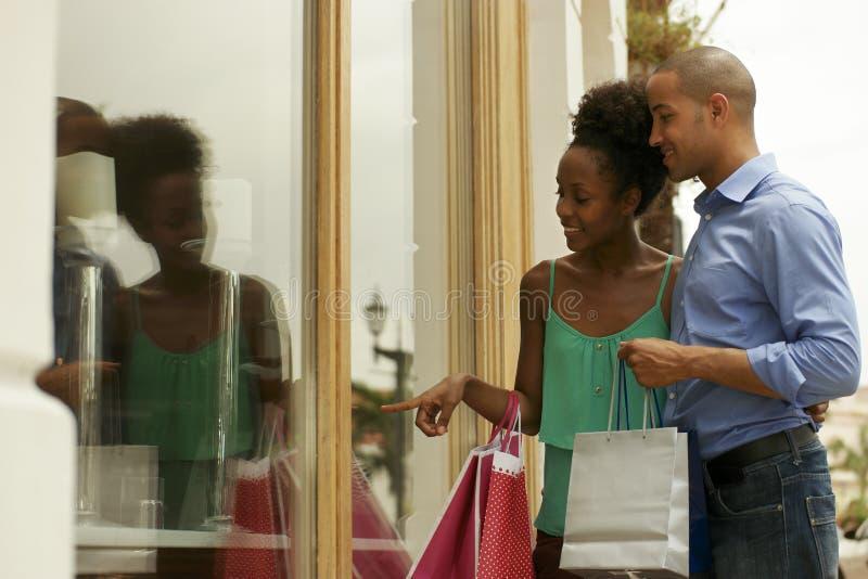 Att se för afrikansk amerikanpar shoppar fönstret i Panama City arkivfoton