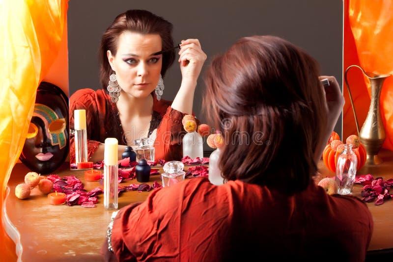 att se gör spegeluppställningkvinnan royaltyfri fotografi